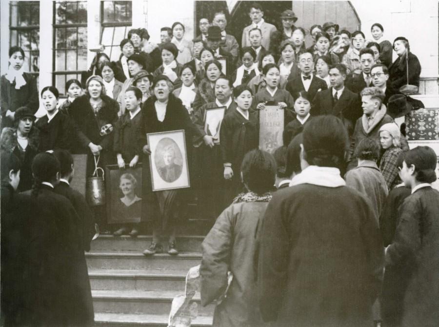 7-1. 이화학당 설립자 스크랜튼 여사(M.F.Scranton)의 사진을 품은 아펜젤러 교장이 신촌캠퍼스 본관 앞에 도착한 후 찬송가를 부르고 있다. 1935.jpg